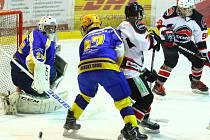 V prvním čtvrtfinálovém zápase krajské hokejové ligy porazila Minerva Boskovice (bílé dresy) Spartak Uherský Brod 4:2.