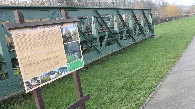 Ježkův most byl pravděpodobně postaven v 60. letech 19. století. Kdo ho vyrobil, však není známo. Nýtovaný most je ze svářkové oceli. Přibližně kolem roku 1911 ho koupila slévárna a kovárna K. a R. Ježek a převezla do Blanska.