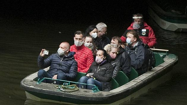 Po prohlídce Punkevních jeskyní vyplouvají na lodičkách první návštěvníci po nouzovém stavu.