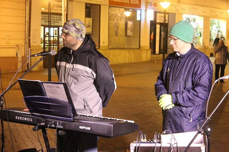 K projektu Česko zpívá koledy se přidali i lidé v Blansku. Na Rožmitálově ulice zpívala více než stovka lidí.