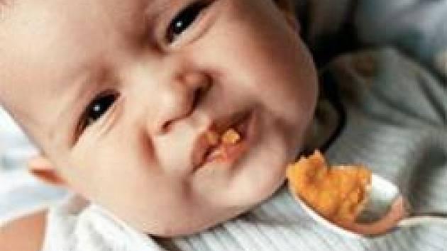 Rohlík či piškotek patří k prvním potravinám, které svěříme dítěti do ruky, aby je zkoušelo žmoulat. Kašičky zase mezi první příkrmy.