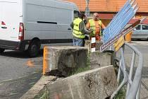 Vysypané kvádry betonu brzdily v Černé Hoře provoz.