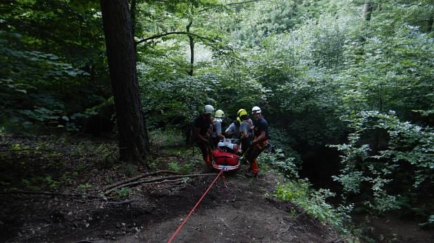Zraněného cyklistu zachraňovali hasiči na laně.