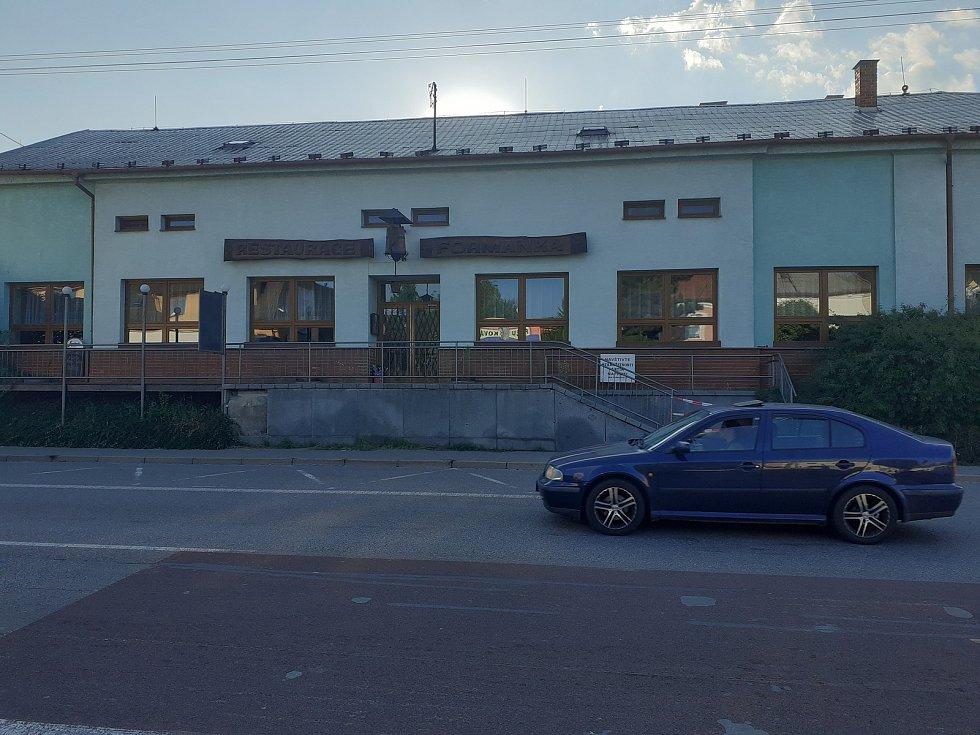 Historie vyhlášené restaurace Formanka v Lipůvce na Blanensku sahá až do roku 1894. Nyní je zavřená. Kdo se chce pokusit o její restart, musí sáhnout hodně hluboko do kapsy. V realitní kanceláři je totiž aktuálně k mání za jednadvacet milionů korun.