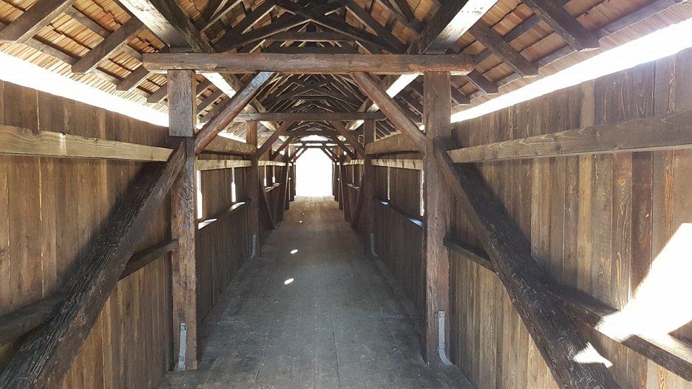 Rekonstrukce lávky v Doubravníku na Brněnsku se stala Dřevěnou stavbou roku v kategorii Velké dřevěné konstrukce - realizace, uspěla v hlasování odborné poroty.