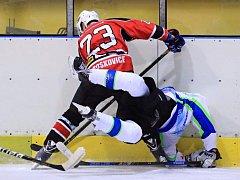 V prvním kole nového ročníku krajské hokejové ligy se hrálo okresní derby Dynamiters Blansko (v bílém) - Minerva Boskovice. Hosté zvítězili 4:2.