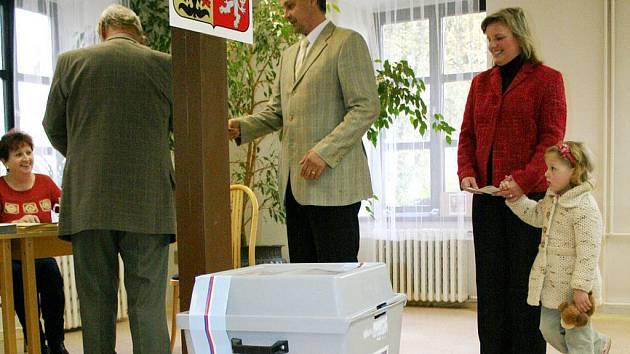 V senátním obvodu Blansko zvítězil v prvním kole Jozef Regec (ČSSD) s třiceti procenty hlasů.