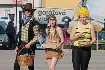 Studenti v Blansku vyrazili do ulic na Poslední zvonění. Na snímcích maturanti z Gymnázia Blansko.