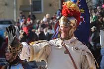 Vítání svatého Martina přilákalo v neděli do ulic Blanska stovky lidí. Mávali historickému průvodu s rytíři, bubeníky a šlechtici v kočárech. Průvod mířil do zámeckého parku, kde byl na programu řemeslný jarmark.