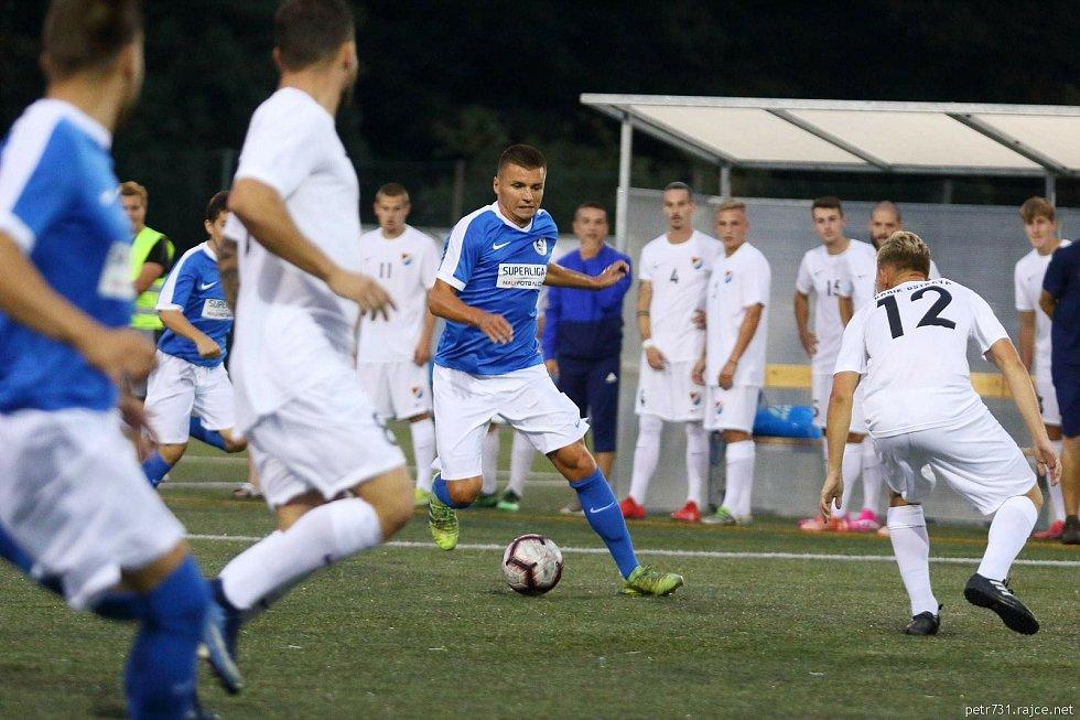 Blanensko (v modrém) podlehlo v domácím utkání Superligy malého fotbalu Ostravě 6:7 po pokutových kopech.