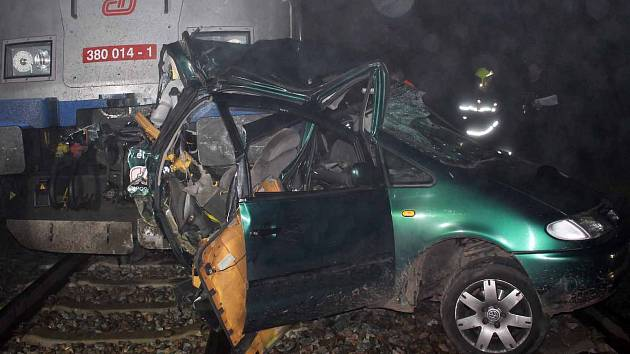 Krátce po nedělní druhé hodině ráno zastavil provoz na železnici střet vlaku s osobním autem. Při nehodě na železničním přejezdu v Dolní Lhotě se nikdo nezranil. Ani z tříčlenné posádky auta ani nikdo z přibližně čtyřiceti cestujících ve vlaku.