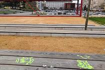 Sprejeři poničili lavice v centru Blanska.