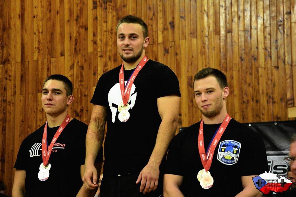 Jakub Vágner z Krásenska se necelé tři roky věnuje silovému trojboji. V kategorii juniorů je absolutním mistrem republiky. Drží tři národní rekordy. V dřepu, v mrtvém tahu a v celkovém výkonu. Na mistrovství světa skončil sedmý mezi juniory do třiadevade