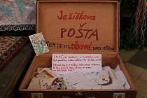 Do tohoto kufru v křtinském kostele mohou děti i dospělí házet do 9. ledna své děkovné dopisy Ježíškovi.