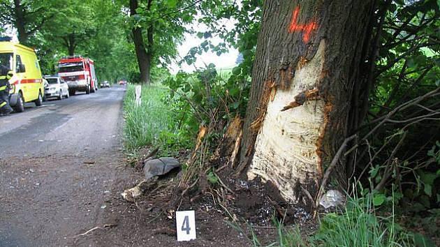 Řidič se dvěma promile alkoholu v krvi narazil ve středu odpoledne u Olešnice s osobním autem do stromu.