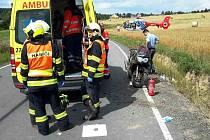 Nehoda motorkáře mezi obcemi Žďárná a Suchý na Boskovicku. Přiletěl pro něj vrtulník záchranářů.