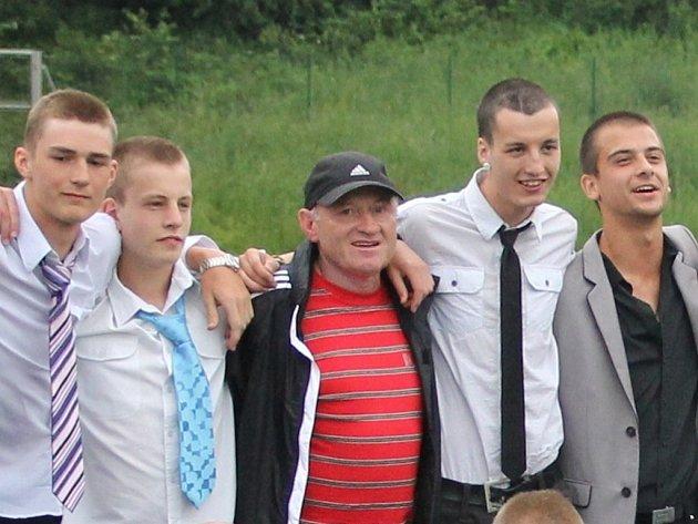 Trenér dorostenců Blanska Jiří Pokoj (uprostřed s kšiltovkou)