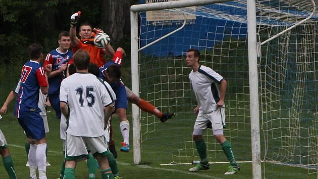 Do konce zápasu zbývá osm minut, domácí prohrávají o gól a brankář Viktorie si sráží roh do vlastní brány.