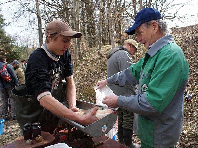 Rybáři v sobotu přelovovali rybník Budkovan a ryby stěhovali do rybníka Olšovec.