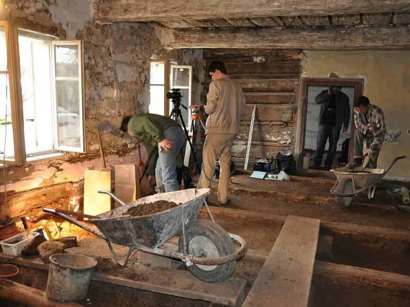 Interiér usedlosti ze 17. století se proměnil v archeologické naleziště. Odborníci nyní znají vývoj od osídlení Knínic až po současnost.
