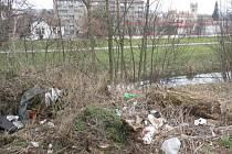 Odpadky se v  Blansku povalují zejména na nábřeží řeky Svitavy. Stačí zajít  do blízkosti vlakových stanic a autobusového nádraží. Odpadky jsou například i u odpočívadla pod Novým hradem.