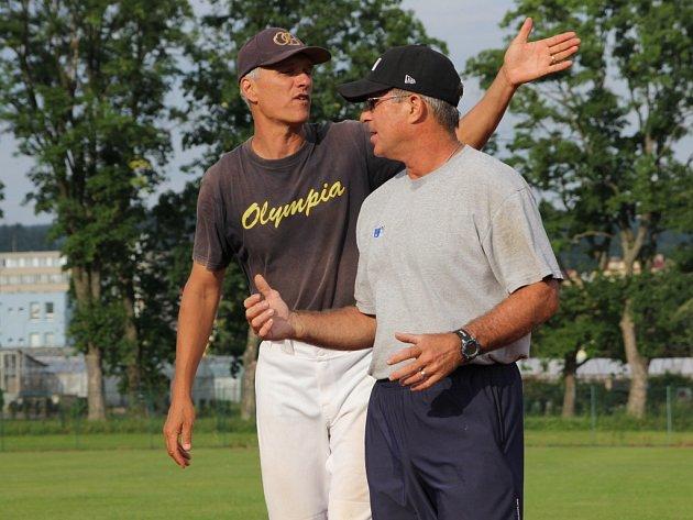 Jaroslav Krejčíř (vlevo) s americkým trenérem Stanem Luketichem, který v Blansku trénoval mladé baseballisty vloni v létě.