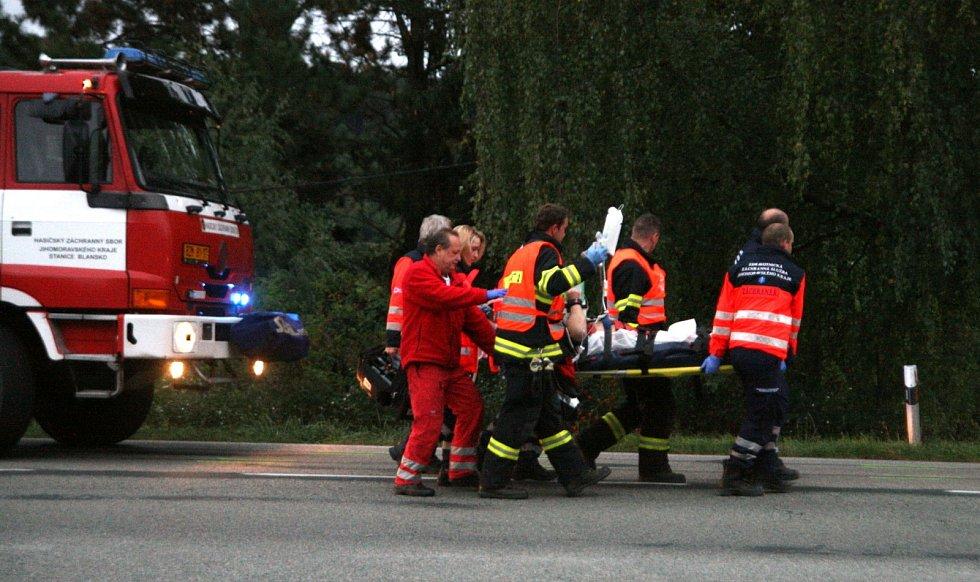 U Svinošic zemřel po střetu s autem čtyřiačtyřicetiletý motorkář.