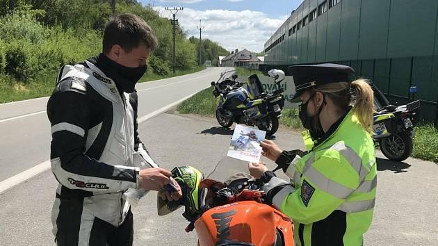 Policisté rozdávali motorkářům reflexní šle a lékárničky.