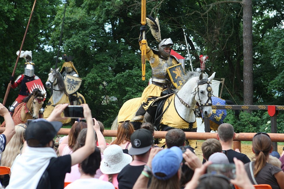Návštěvníci zříceniny boskovického hradu se v sobotu vrátili o několik staletí zpátky v čase. Míjeli rytířské ležení, středověkou krčmu a historické tržiště. Na udatných rytířích se blýskala historická zbroj. Hradní čeládka se starala o koně.