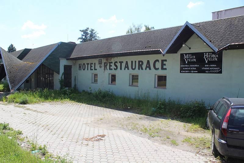 Lokalita zchátralého hotelu Velen.