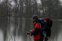 NA RYBÁCH SE SYNEM. Nad hladinou se ráno válí chuchvalce mlhy a břehy zdobí záplavy spadaného listí. Od vody táhne lezavý hlad. Jenže přesně tohle listopadové počasí mají rybáři rádi.