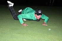 Šestatřicet hodin a jedenáct minut. Tak dlouho vydržel hrát golf Vlastimil Štefl. Odehrál 133 jamek, vypil jeden energetický nápoj, snědl dvacet banánů a třikrát si vyměnil rukavice. Síly mu nedošly ani v prudkém nočním dešti.