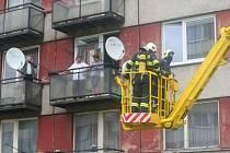 Boskovičtí hasiči ve čtvrtek cvičně likvidovali požár v 8. patře panelového domu v Komenského ulici v Boskovicích
