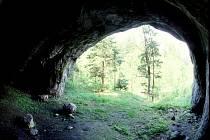 KRAVSKÁ DÍRA. Jeskyně ve svahu Suchého žlebu skrývá mnohá tajemství. Například kdo v ní bádal před současnými jeskyňáři.