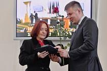 Dana Huňátová obdržela medaili Za zásluhy o diplomacii