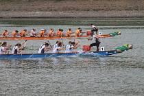 Na přehradě Křetínce se jely už popáté závody dračích lodí.