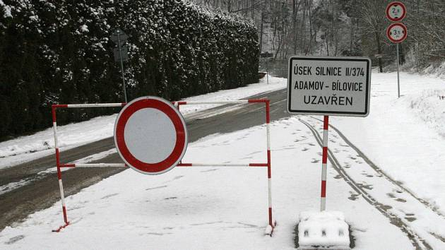 Silnice z Adamova do Bílovic nad Svitavou je zavřená. Kvůli sesuvu kamenů. Ty zablokovaly poblíž penzionu Pod Ronovem část jednoho jízdního pruhu.