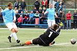 V utkání krajského přeboru fotbalistů porazily první Boskovice (modré dresy) poslední Vojkovice 5:0.