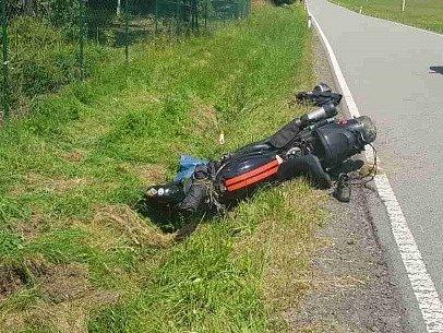 Vážná dopravní nehoda zablokovala v pátek provoz v katastru obce Suchý. Před půl dvanáctou dopoledne tam boural motorkář.
