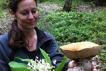 Pro houbaře byla už loňská sezona velmi bídná. Ani letos zatím na Blanensku příliš nepršelo. O to větší překvapení zažil ve čtvrtek při procházce Marek Audy z Jedovnic s manželkou Světlanou (na snímku).