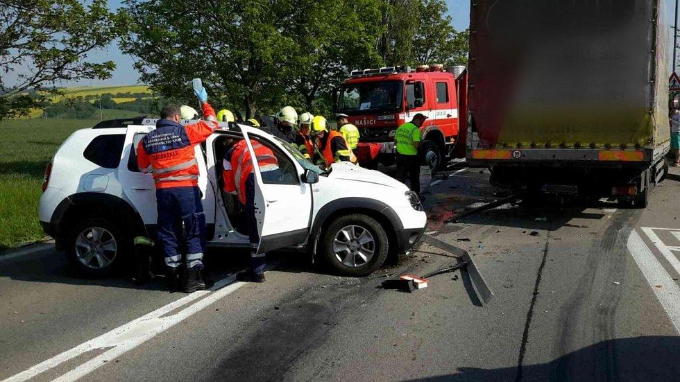 Na nejrušnějším tahu na Blanensku se v obci Sebranice čelně srazilo osobní auto s nákladním. Podle informací od policistů vjel řidič osobního auta na silnici I/43 z dosud nezjištěných příčin do protisměru.
