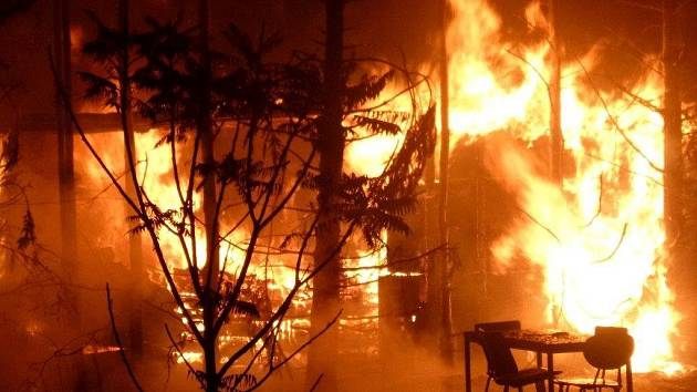 U obce Suchý na Blanensku shořela chata. Při požáru se zranili dva lidé.
