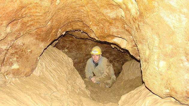 Pět jeskyňářů ze speleologické skupiny Křtinské údolí objevilo v jeskyni Výpustek nové prostory.