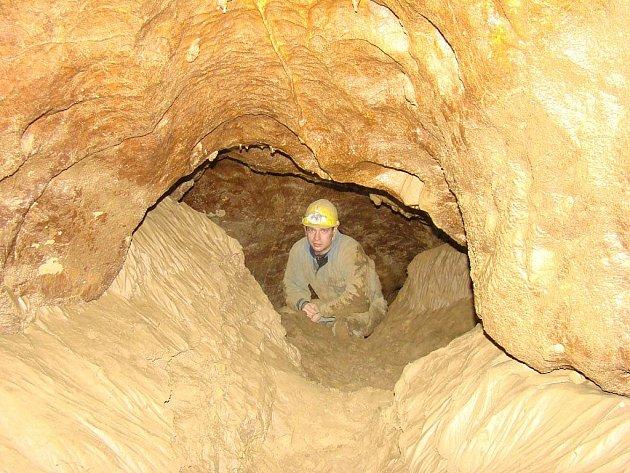 Pět jeskyňářů ze speleologické skupiny Křtinské údolí objevilo vjeskyni Výpustek nové prostory.
