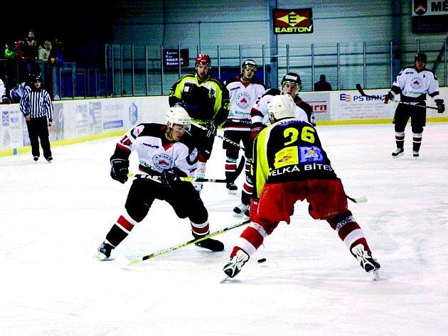 Hokejisté Minervy Boskovice (v bílém) hrají v krajské lize o víkendu doma. V neděli nastoupí proti čtvrtému týmu soutěže Kroměříži. Tu dokázali v prvním vzájemném utkání porazit 6:3.