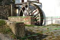 Při jedné z výprav zaujal turistu z Ráječka zajímavý kámen nedaleko opraveného mlýna v Býkovicích. Fotografie zaslal členům společnosti, kteří se zabývají historií kamenných křížů.