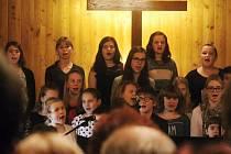 Do posledního místa zaplněný dřevěný kostelík v Blansku poslouchal v úterý vystoupení školáků. Adventní pásmo zazpívali žáci ze Základní umělecké školy Blansko.
