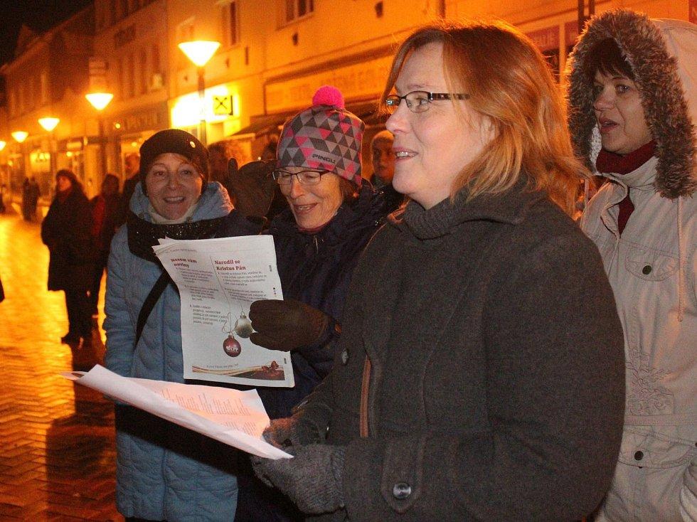 V Blansku si přišlo koledy na Rožmitálovu ulici zazpívat více než šedesát lidí. O hudební doprovod se postaral soubor BaczBand.