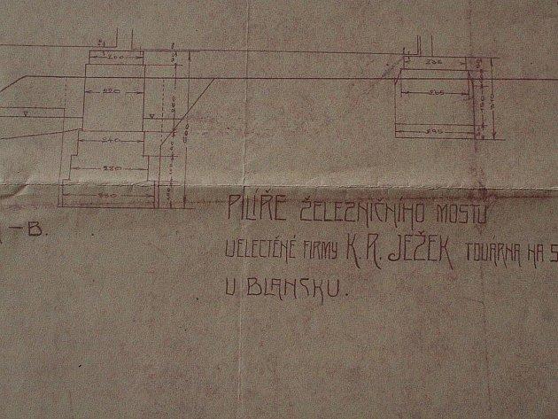 Sto let stará žádost o zřízení vlečky k blanenské továrně či nákresy Ježkova mostu. To vše nyní mají v rukou členové sdružení Kolejová, kteří technickou památku vlastní.