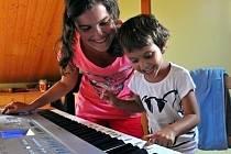Miloslava a Kamil Striovi ze Skrchova nemohli mít své vlastní děti. Proto se rozhodli pro adopci. Nyní mají osm dětí. Tři adoptované a pět v pěstounské péči.